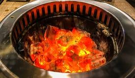 发光和在BBQ的火焰状热的自然木炭烤火炉背景 免版税库存图片