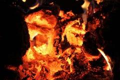 发光在一个热的木熔炉的橙色和红色煤炭 库存照片