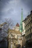发光在一多云天的日内瓦的大教堂 图库摄影