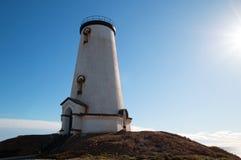 发光在下午太阳的灯塔在Piedras Blancas点在圣西梅昂加利福尼亚北部的中央加利福尼亚海岸 库存照片