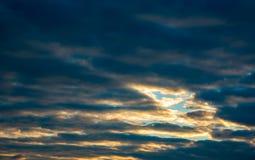 发光在低云的太阳 免版税库存图片