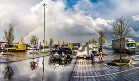 发光在停车场的彩虹 免版税库存照片