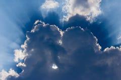 发光在大云彩的太阳 免版税库存图片