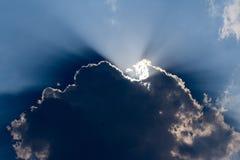 发光在大云彩的太阳 免版税库存照片