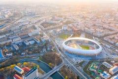 发光在大城市上的明亮的太阳 迪纳摩体育场在米斯克 库存图片