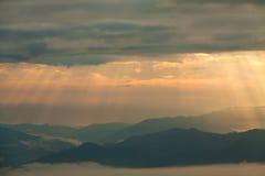 发光在山的太阳光芒在Pai, Maehongson,泰国 免版税库存照片