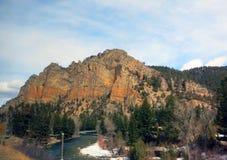 发光在山的太阳在一个清楚的冬日 免版税图库摄影