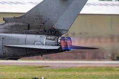 发光在意大利空军队Panavia龙卷风IDS多角色战斗机的加力燃烧室作为它加速在跑道下 免版税图库摄影