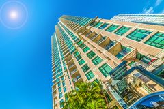 发光在摩天大楼的太阳在街市圣地亚哥 库存照片