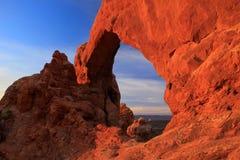 发光在日出,拱门国家公园,犹他,美国的南窗口曲拱 免版税库存照片