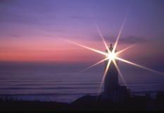 发光在晚上的灯塔 免版税库存图片