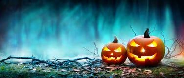 发光在月光的杰克O'灯笼在鬼的夜 免版税库存照片