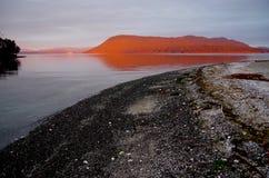 发光在海岛的精采橙色黎明光 库存图片