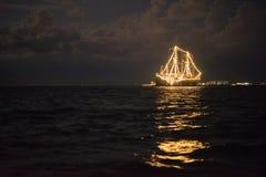发光在海的船 免版税库存图片