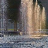 发光在清早太阳的喷泉 免版税库存照片