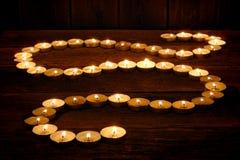 发光在精神禅宗路径的凝思蜡烛 免版税库存照片