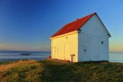 发光在老警告号角驻地的前阳光在东部点,海湾海岛国家公园, Saturna海岛,不列颠哥伦比亚省 免版税库存图片