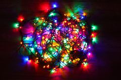 发光在背景的圣诞灯 免版税库存照片