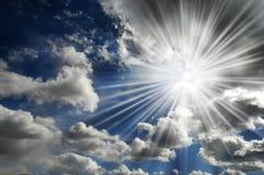 发光在蓝天的太阳 库存图片