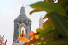 发光在阳光下的泰国古庙 免版税库存图片
