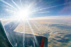发光在飞机的窗口里的明亮的太阳 免版税图库摄影