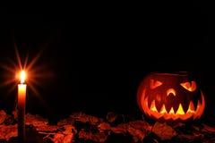 发光在黑暗的一个可怕的万圣夜南瓜 免版税库存图片