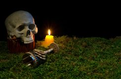 发光在黑暗的万圣夜人的头骨、觚和蜡烛  免版税图库摄影