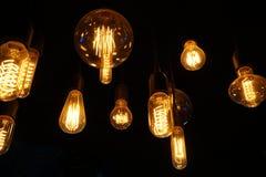 发光在黑暗的电灯泡 免版税库存图片