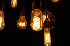 发光在黑暗的电灯泡 库存图片