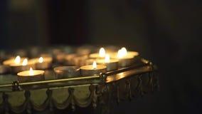发光在黑暗的教会里的许多烛光焰 股票视频