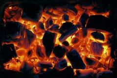 发光夜的炭烬 免版税库存图片