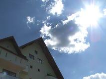 发光明亮的日房子的山 库存照片