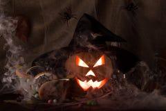 发光有黑巫婆帽子的一个阴险南瓜灯笼在黑暗 库存图片