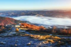 发光由阳光的冬天风景 严重的场面 风景雾 免版税库存照片