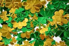 发光的三叶草为圣帕特里克的天 免版税库存图片