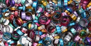 发光的五颜六色的俏丽的金属圆环 免版税库存照片
