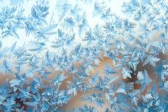 发光的冬天窗冰装饰 免版税库存照片