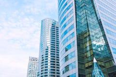 发光的反射性企业大厦和蓝天与云彩 图库摄影