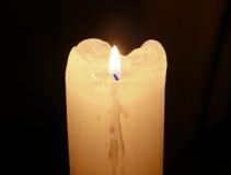 发光的哀悼的蜡烛在黑暗中 库存图片