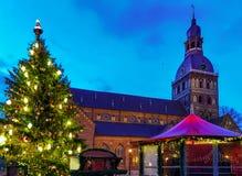 发光的圣诞树在里加大教堂附近的市场上 免版税库存图片