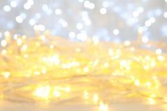 发光的圣诞灯被弄脏的看法  免版税库存图片