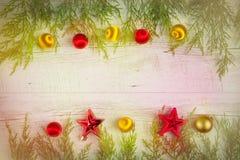 发光的圣诞节中看不中用的物品和冷杉分支在白色木台式视图 免版税库存照片
