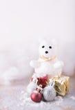 发光的圣诞节球和逗人喜爱的熊在雪背景 库存图片