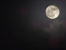 发光的多云满月背景 免版税库存照片