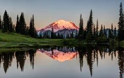 发光的峰顶在黎明 图库摄影