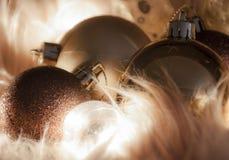 发光的巧克力圣诞节球细节在软的背景的 库存照片