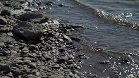 发光的快速的河和石头在海滩 股票录像