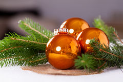 发光的明亮的铜色的圣诞节球 免版税库存图片