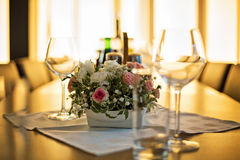 发光的桌在餐馆由温暖,金黄阳光点燃了 图库摄影