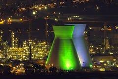 发光的炼油厂 免版税库存图片